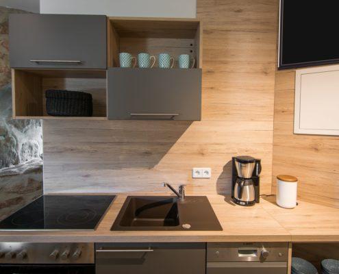 Küchenzeile mit Herd, Ofen und Kaffeemaschine